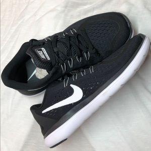 Nike Women Flex 2017 RN Black White Size 7